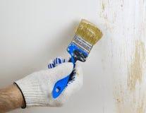 La main dans le gant cause la peinture décorative sur le mur Photographie stock