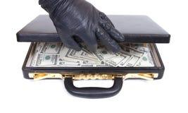 La main dans un gant ouvre une valise Photographie stock libre de droits