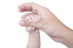 La main de bébé tient le doigt de père Image libre de droits