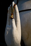 La main de bénédiction de la sculpture en Bouddha Photographie stock libre de droits