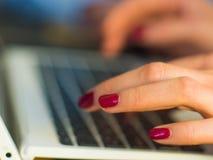 La main de concepteur travaillant sur l'ordinateur portable dans le bureau, se ferment  Photo libre de droits