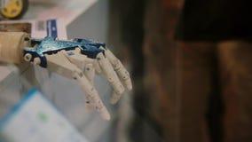 La main de cyborg La main de robot ressemble à l'humain déplaçant le doigt Intelligence artificielle clips vidéos