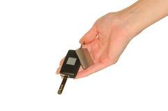 La main de femme élégante avec de nouveaux clés et keychain de voiture Photos stock