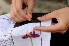 La main de femme brode Photos libres de droits