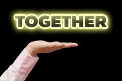 La main de femme d'affaires a mis en forme de tasse tenir le mot ainsi que la lampe au néon jaune Photographie stock libre de droits