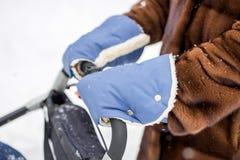 La main de la femme dans des mitaines chaudes d'une peau de mouton Photographie stock libre de droits