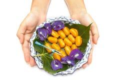 La main de femme donnent à un lai le paraboloïde thaï du dessert thaï Photographie stock