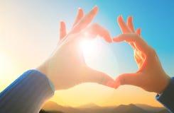 La main de femme faisant l'amour se connectent la nature Photographie stock libre de droits