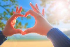 La main de femme faisant l'amour se connectent la nature Images libres de droits