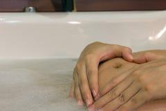 La main de femme a formé le coeur jugeant dessus le ventre enceinte Image stock