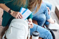 La main de femme a mis une carte d'embarquement dans le sac Main tenant des billets Avions de attente et voyage
