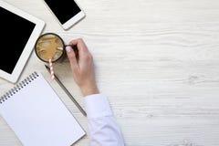 La main de femme tient une tasse de latte de glace Espace de travail féminin avec le sma Photos libres de droits