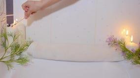 La main de femmes brûle des bougies dans la salle de bains De station thermale toujours durée clips vidéos