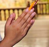 La main de fille prient le respect à la statue Photographie stock libre de droits