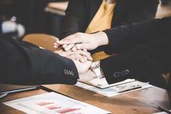 La main de jointure de personnes d'associé après contrat a fini de se réunir Photos stock