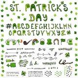 La main de jour du ` s de St Patrick dessinant de pleines icônes de lettrage de Collectoin conçoivent des éléments Image libre de droits