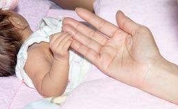 La main de l'enfant avec la tendresse Photographie stock