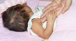 La main de l'enfant avec la tendresse Image libre de droits