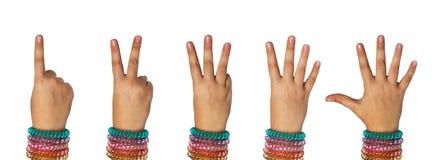 La main de l'enfant montre aux numéros un, deux, trois, quatre, cinq photographie stock