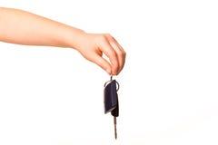 La main de l'enfant retenant une clé de véhicule Photo libre de droits