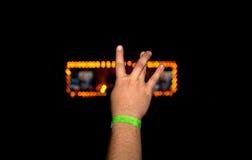 La main de l'homme au concert montre un signe de la liberté Photographie stock libre de droits