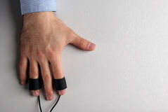 La main de l'homme avec des électrodes de détecteur de mensonges Images libres de droits