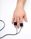 La main de l'homme avec des électrodes de détecteur de mensonges Photo stock