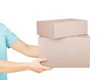 La main de l'homme avec des boîtes en carton Image stock