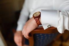 La main de l'homme avec le plan rapproché élégant cher d'horloge Jeune homme d'affaires réussi dans une chemise blanche et une mo Image libre de droits