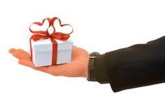 La main de l'homme avec un cadeau Photo libre de droits