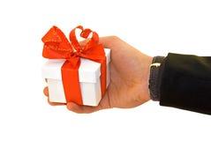 La main de l'homme avec un cadeau Image libre de droits