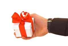 La main de l'homme avec un cadeau Photographie stock