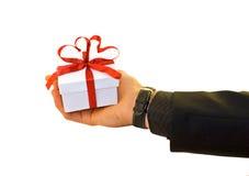 La main de l'homme avec un cadeau Images stock