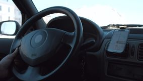 La main de l'homme commande la voiture smartphone d'utilisation de conducteur comme navigateur de généralistes banque de vidéos