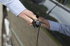 La main de l'homme déverrouillant la trappe de véhicule. Images libres de droits