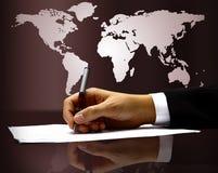 La main de l'homme d'affaires avec le crayon lecteur Images libres de droits