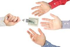 La main de l'homme donne des billets d'un dollar ? d'autres personnes photo stock