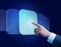 La main de l'homme poussant le bouton Image stock