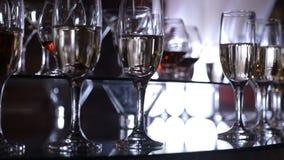 La main de l'homme prend un verre avec une boisson Table de Funchal avec des verres de vin banque de vidéos