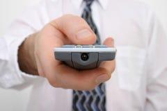 La main de l'homme sur un à télécommande Images libres de droits