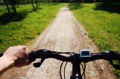La main de l'homme sur un bar de traitement de vélo Photos stock