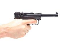 La main de l'homme tenant l'arme à feu, d'isolement sur le blanc Photographie stock