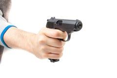 La main de l'homme tenant l'arme à feu, d'isolement sur le blanc Image stock