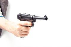 La main de l'homme tenant l'arme à feu, d'isolement sur le blanc Photos libres de droits