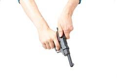 La main de l'homme tenant l'arme à feu, d'isolement sur le blanc Image libre de droits