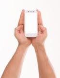 La main de l'homme tenant le téléphone intelligent Photographie stock libre de droits