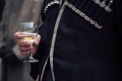 La main de l'homme tenant un verre de champagne Photographie stock