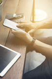 la main de l'homme utilisant le smartphone avec le comprimé numérique Photos libres de droits