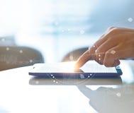 La main de l'investissement courant utilisant le smartphone pour vérifier des bourses mondiales se connectent par interface sur l Photos libres de droits