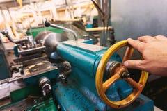 La main de l'opérateur crée un commutateur mécanique dessus le tour photos libres de droits